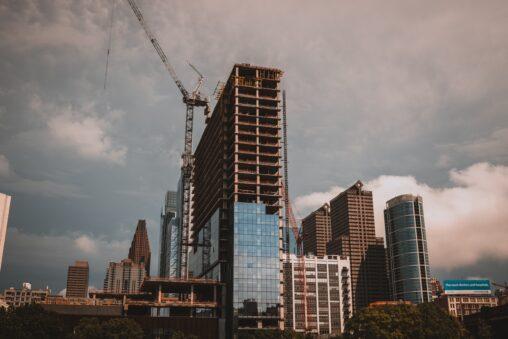 deweloper buduje nowy blok