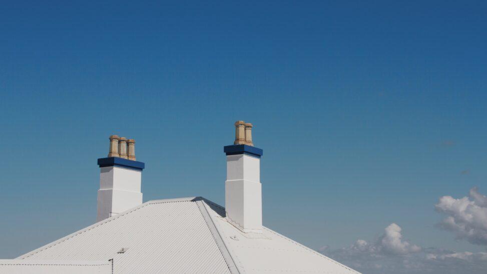 dwa kominy na dachu domu